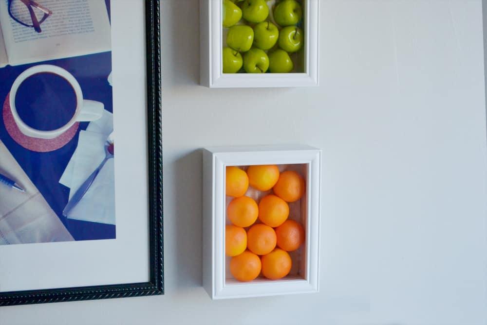 Faux fruits encadrés sur le mur