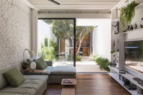 Conception du salon donnant sur le patio intérieur