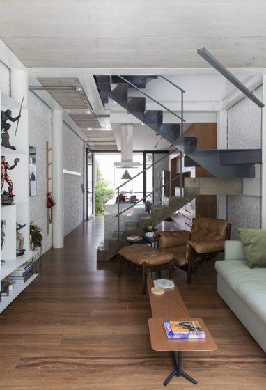 Conception de la salle de cuisine divisée par un escalier central
