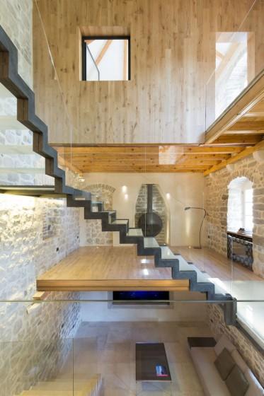 Conception d'escaliers modernes en métal et en verre dans une maison rustique