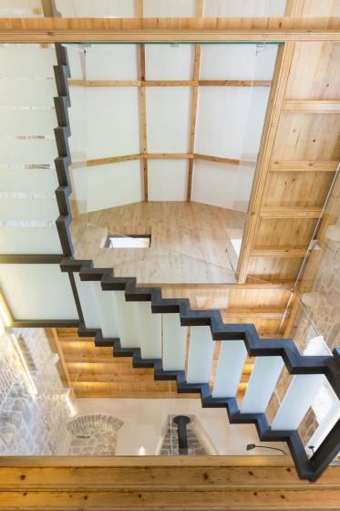 Design d'intérieur de maison en pierre et bois rustique moderne