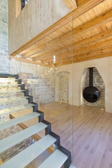 Conception de cheminée en fer dans une maison rustique avec moderne