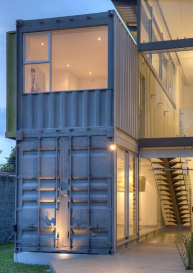 Façade de maison construite avec des conteneurs