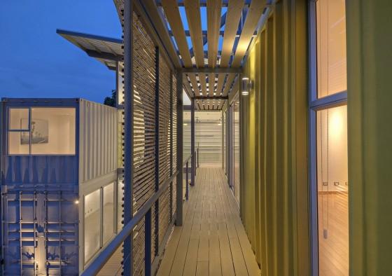 Passerelles en bois et en bambou de la maison en conteneur