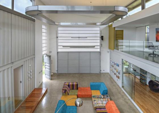 Conception de pièce à double hauteur de maison construite en conteneur