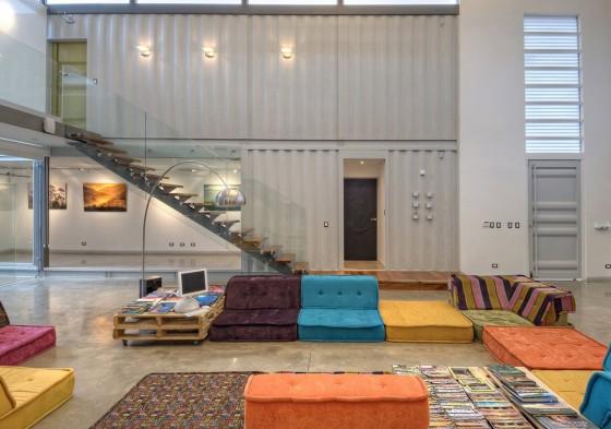 Décoration intérieure moderne avec parois de conteneurs