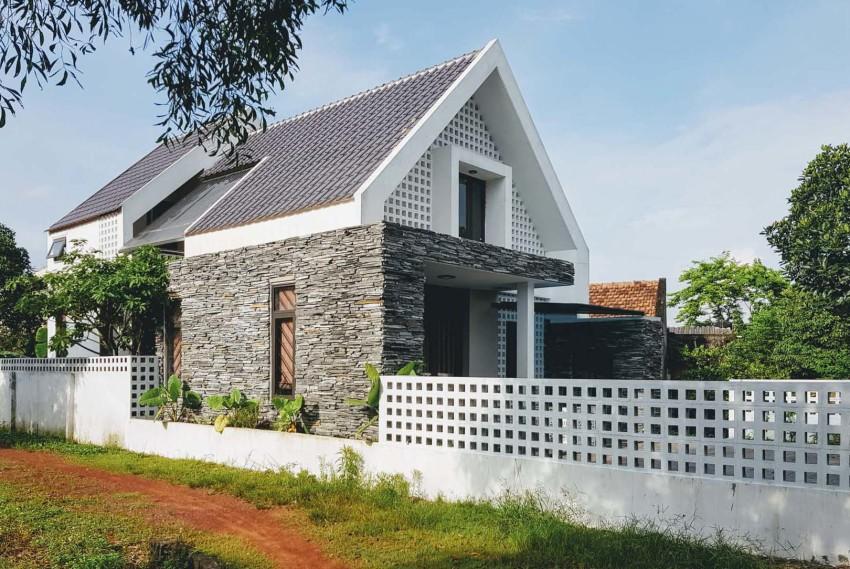 Petite maison de deux étages en pierre