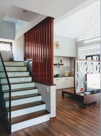 Conception d'escaliers à côté de la cuisine