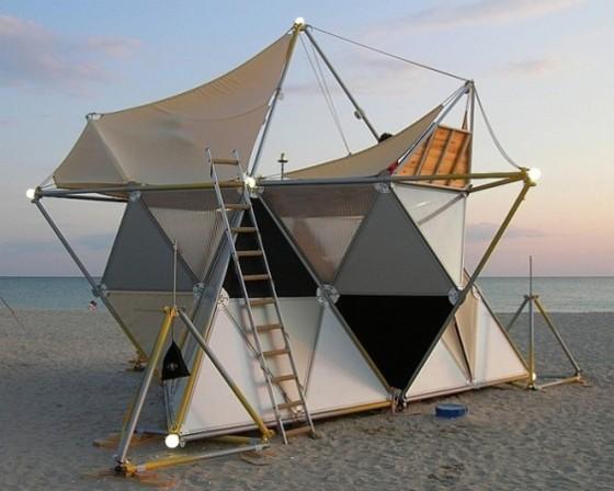 Tente de camping avec structure triangulaire