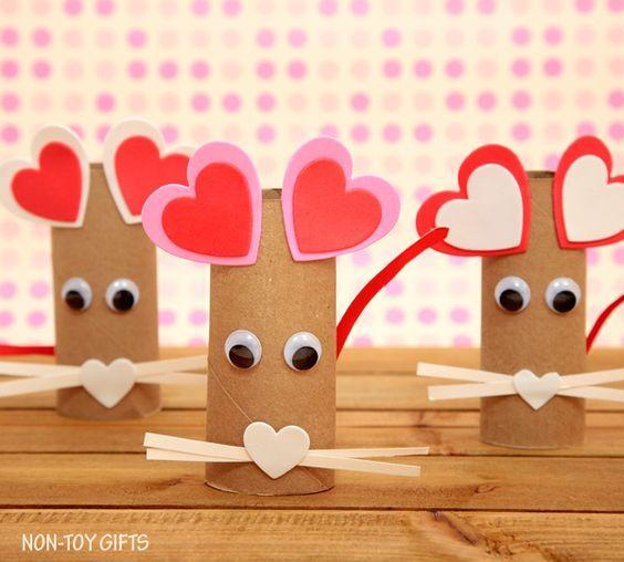 Artisanat avec des rouleaux de papier toilette pour la Saint-Valentin