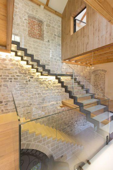 Conception de maison rustique moderne en pierre, bois et métal
