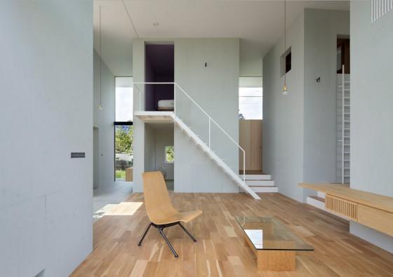 Escaliers dans le salon qui communiquent avec la chambre