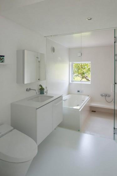 Conception de salle de bain blanche