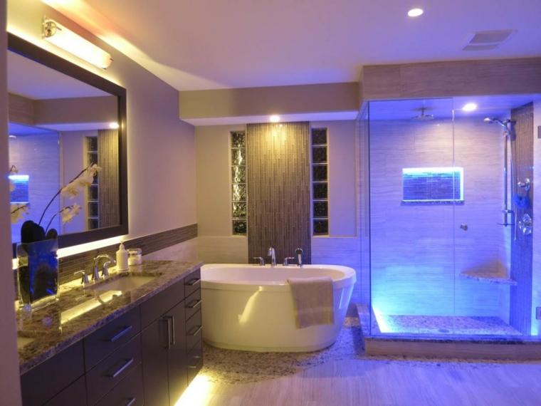 salle de bain avec murs décorés