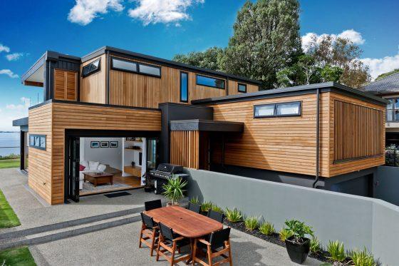 Façade de maison en bois avec métal