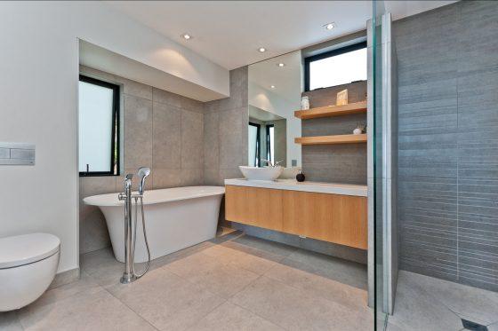 Design de salle de bain moderne avec toilettes blanches