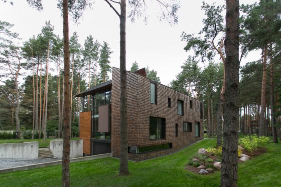 Point de vue de la maison de campagne moderne de deux étages