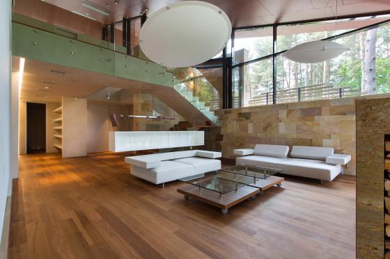 Vue du salon avec plafond double hauteur