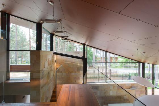 Vue du plafond en pente à l'intérieur