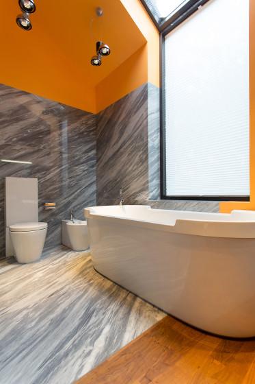 Design de salle de bain moderne avec deux couleurs