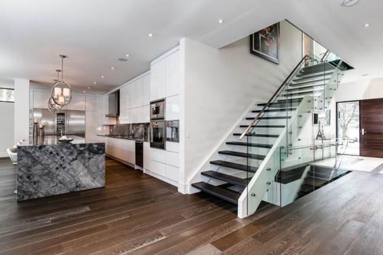 Escaliers modernes avec mains courantes en acier et garde-corps en verre