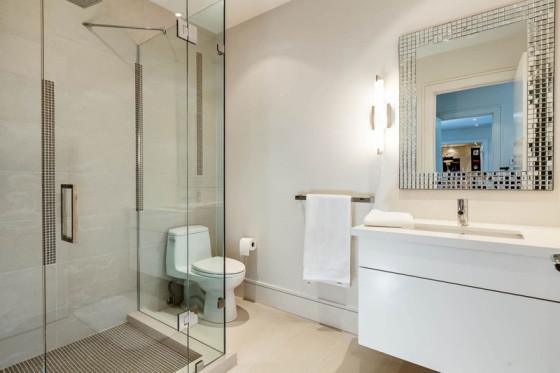 Conception de salle de bain grande et luxueuse