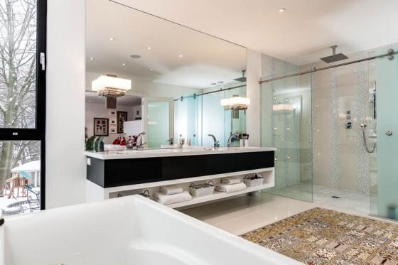 Grande salle de bain, meuble vasque blanc et noir