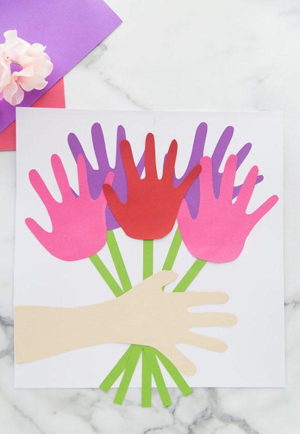 Meilleurs cadeaux pour la fête des mères avec des mains de cartes en stock