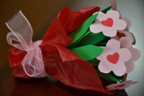 Meilleurs cadeaux pour la fête des mères avec des fleurs de bouquet en carton