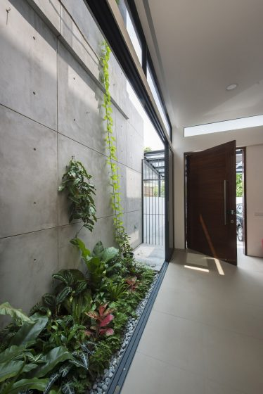 Puits de lumière côté maison à deux étages