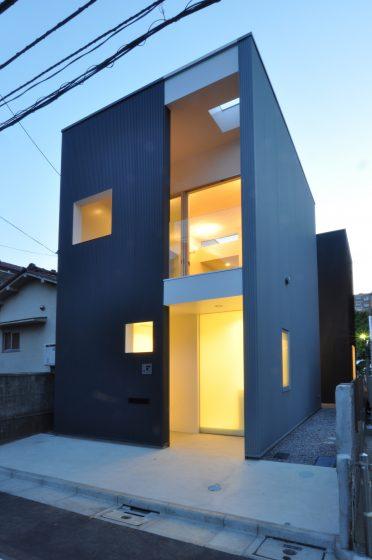 Façade de maison étroite moderne de deux étages