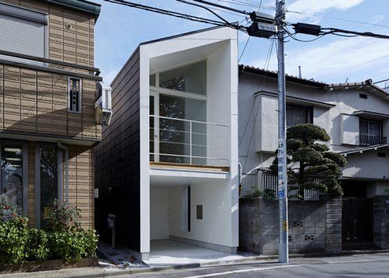 Façade de maison étroite de deux étages