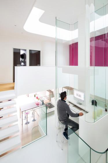 Petit agencement de studio moderne situé au centre de la maison
