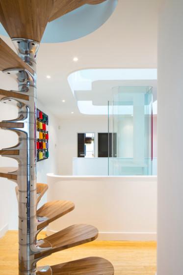 Conception d'escalier en colimaçon avec centre argenté et marches en bois
