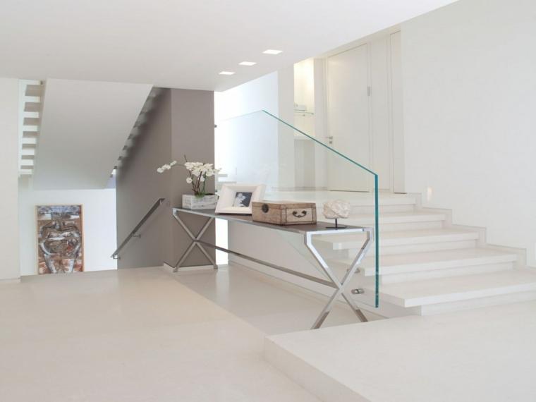 escalier-vitré-intérieur-fleurs-salons
