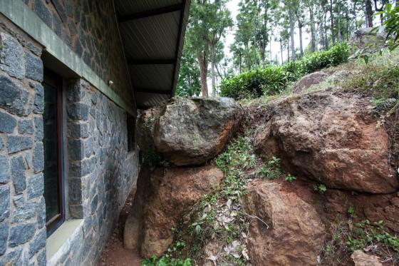 Mur de pierre et chalet d'argile