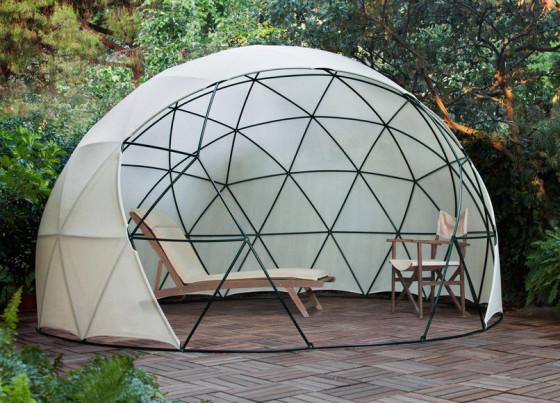 Conception de dôme comme parasol dans le jardin