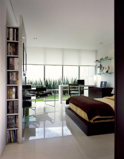 Conception de chambre à coucher avec grandes fenêtres