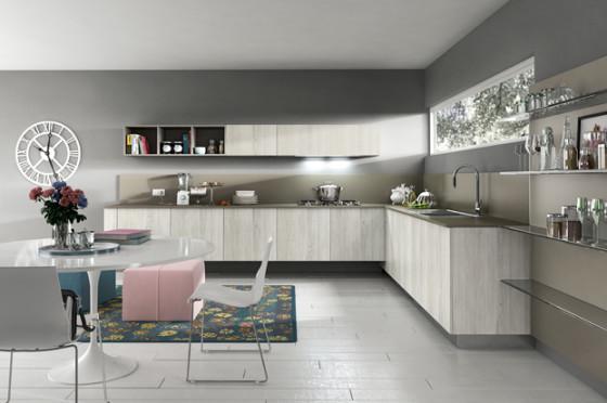Armoires de cuisine de couleur naturelle et murs gris