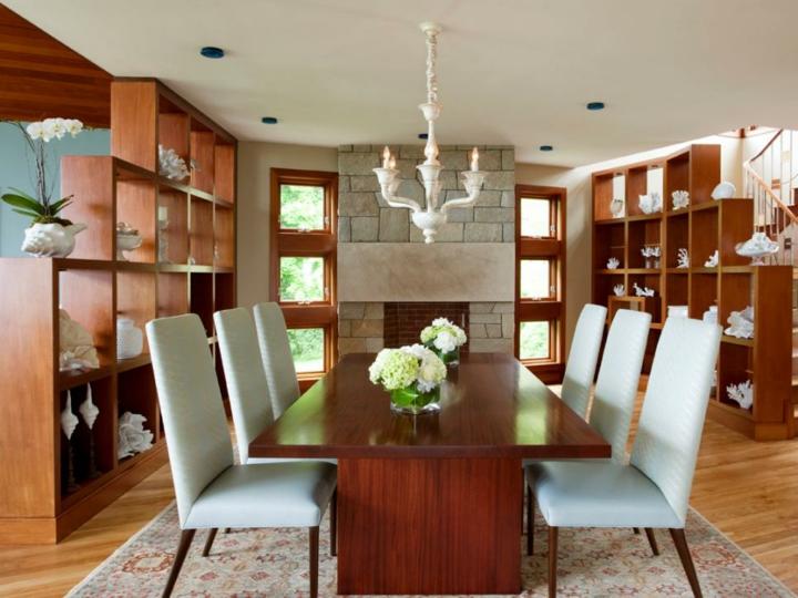 grandes étagères en bois au plafond clair