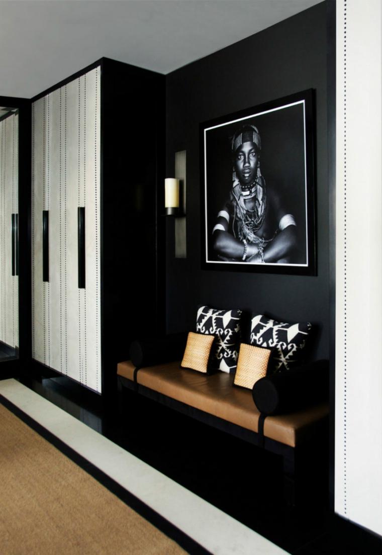couloir noir avec une photographie