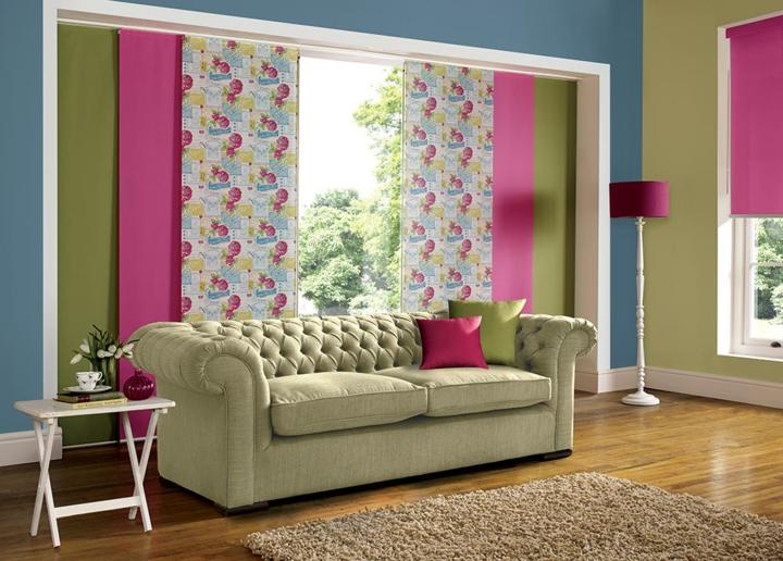 décorations de salon assorties d'accents roses