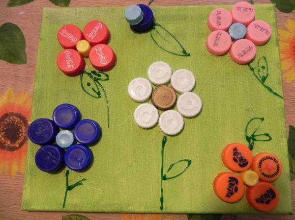 Artisanat de la fête des mères avec des bouteilles en plastique et des bouchons à carreaux