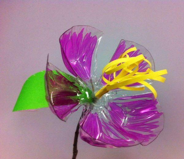 Artisanat de la fête des mères avec des bouteilles en plastique de fleurs colorées
