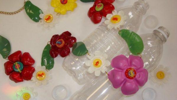 Artisanat de la fête des mères avec des bouteilles en plastique