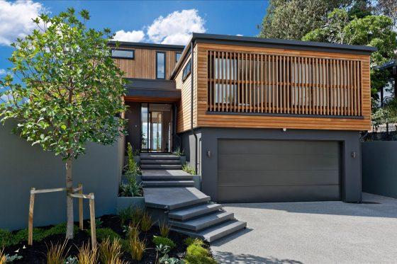 Façade de maison moderne de deux étages en bois et béton