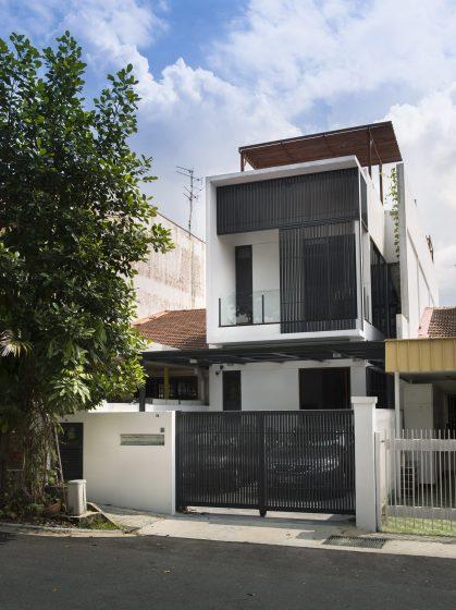Maison moderne de deux étages à façade étroite