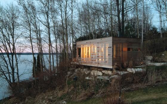 Conception de petite maison en bois avec des lattes en bois