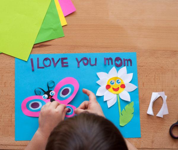 Meilleurs cadeaux pour la fête des mères avec carte décorée en carton