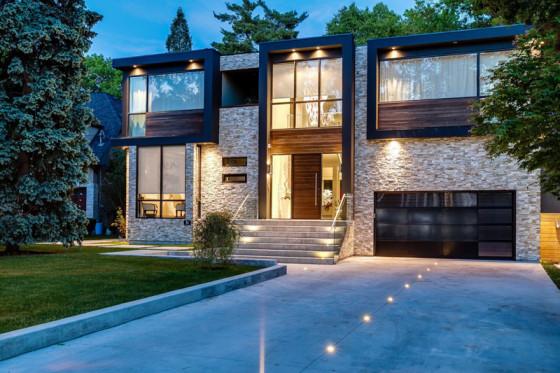 Façade de maison en pierre et bois à deux étages